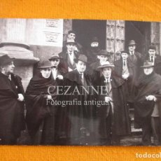 Fotografía antigua: SALAMANCA. BELISARIO HERNANDEZ. CHARROS CON CAPA. IGLESIA SAN MARTÍN.. Lote 69531853