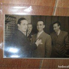 Fotografía antigua: FOTO PERIODISTA JOSE BARBERA ARMELLES PADRE DE RITA BARBERA VALENCIA 1952 LE OTORGAN MEDALLA FALLAS. Lote 71481323
