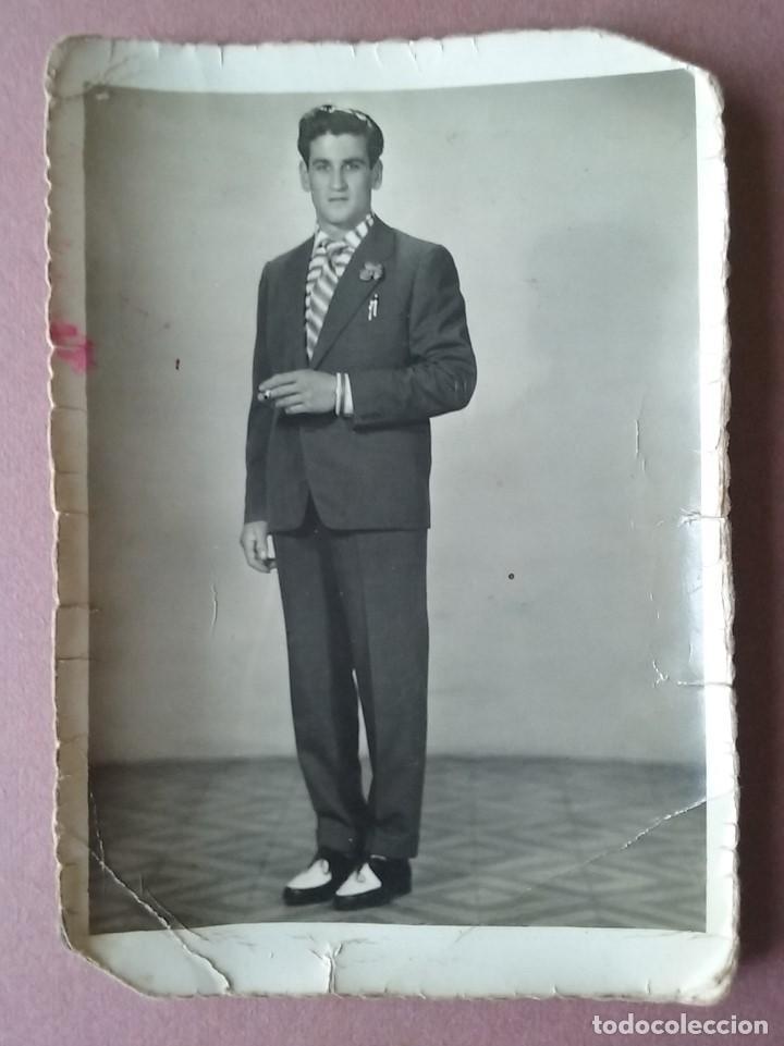ANTIGUA FOTOGRAFIA HOMBRE CON TRAJE. DEDICADA. ASTURIAS. AÑOS 50. (Fotografía - Artística)