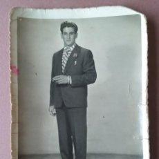 Fotografía antigua: ANTIGUA FOTOGRAFIA HOMBRE CON TRAJE. DEDICADA. ASTURIAS. AÑOS 50.. Lote 75318147