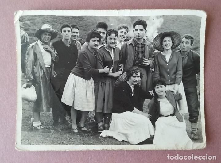 ANTIGUA FOTOGRAFIA GRUPO DE JOVENES. FOTO RUEDA. VALMASEDA. VIZCAYA. AÑOS 50. (Fotografía - Artística)