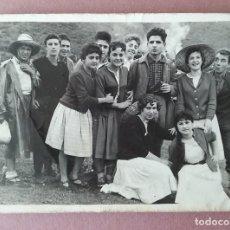 Fotografía antigua: ANTIGUA FOTOGRAFIA GRUPO DE JOVENES. FOTO RUEDA. VALMASEDA. VIZCAYA. AÑOS 50.. Lote 75318699
