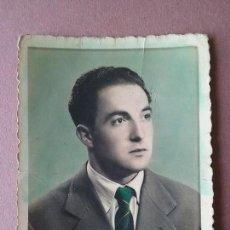 Fotografía antigua: ANTIGUA FOTOGRAFIA COLOREADA HOMBRE JOVEN. DEDICADA. MIERES. ASTURIAS. AÑOS 50.. Lote 75610927