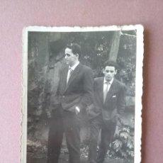 Fotografía antigua: ANTIGUA FOTOGRAFIA HOMBRES JOVENES. FOTO HERMANOS ESTEBAN. MOREDA. ALLER. ASTURIAS. AÑOS 50.. Lote 75613767