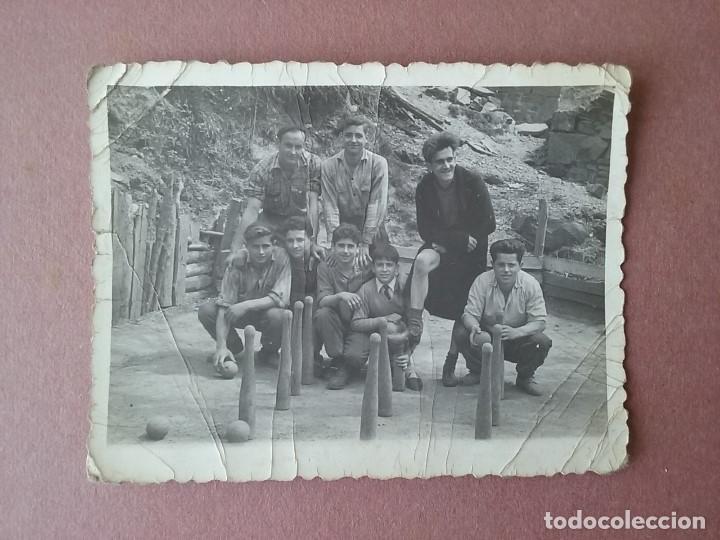 ANTIGUA FOTOGRAFIA JOVENES BOLERA. BOLOS. FOTO PEPE. CABORANA. ALLER. ASTURIAS. 1958. (Fotografía - Artística)