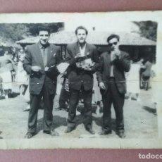 Fotografía antigua: ANTIGUA FOTOGRAFIA HOMBRES JOVENES. ERMITA DE MIRAVALLES. SOTO. ALLER. ASTURIAS. AÑOS 50.. Lote 75624527