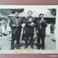Fotografía antigua: ANTIGUA FOTOGRAFIA HOMBRES JOVENES. ERMITA DE MIRAVALLES. SOTO. ALLER. ASTURIAS. AÑOS 50.. Lote 169930105