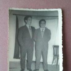 Fotografía antigua: ANTIGUA FOTOGRAFIA HOMBRES JOVENES. MIERES ALLER ?. ASTURIAS. AÑOS 50.. Lote 75629667