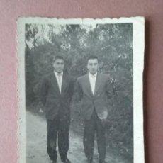 Fotografía antigua: ANTIGUA FOTOGRAFIA HOMBRES JOVENES. FOTO ROSA. LUGO. AÑOS 50.. Lote 75630303