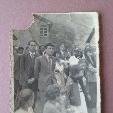 Fotografía antigua: ANTIGUA FOTOGRAFIA JOVENES EN PROCESION. MIERES ALLER ?. ASTURIAS. AÑOS 50.. Lote 75631971