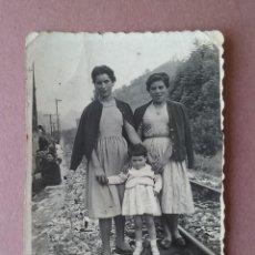 Fotografía antigua: ANTIGUA FOTOGRAFIA MUJERES CON NIÑA. MIERES ALLER ?. ASTURIAS. AÑOS 50.. Lote 75633607