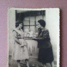 Fotografía antigua: ANTIGUA FOTOGRAFIA DOS MUJERES. MIERES ALLER ?. ASTURIAS. AÑOS 50.. Lote 75633927