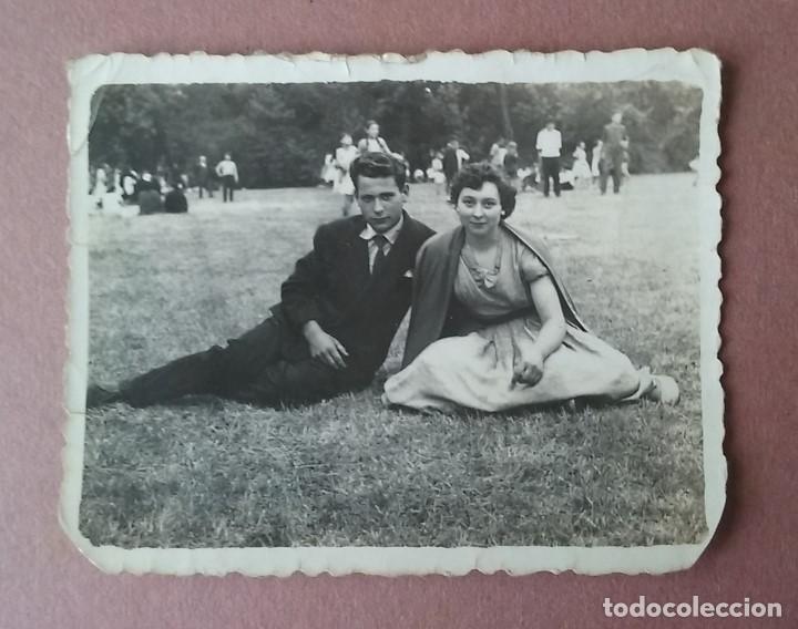ANTIGUA FOTOGRAFIA PAREJA EN UNA ROMERIA. MIERES ALLER ?. ASTURIAS. AÑOS 50. (Fotografía - Artística)