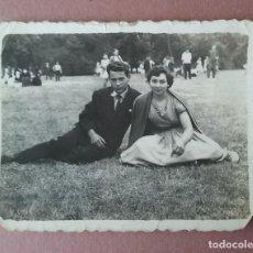 Fotografía antigua: ANTIGUA FOTOGRAFIA PAREJA EN UNA ROMERIA. MIERES ALLER ?. ASTURIAS. AÑOS 50.. Lote 75634591