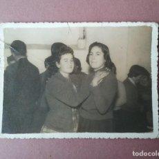 Fotografía antigua: ANTIGUA FOTOGRAFIA DOS MUJERES BAILANDO. MIERES ALLER ?. ASTURIAS. AÑOS 50.. Lote 75635563