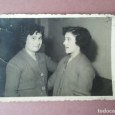Fotografía antigua: ANTIGUA FOTOGRAFIA DOS MUJERES. FOTO HERMANOS ESTEBAN. MOREDA. ALLER. ASTURIAS. 1959.. Lote 75635931