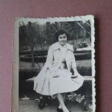 Fotografía antigua: ANTIGUA FOTOGRAFIA MUJER EN EL PARQUE. DEDICADA. OVIEDO. ASTURIAS. AÑOS 50.. Lote 75637891
