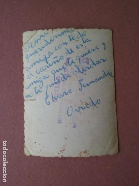 Fotografía antigua: ANTIGUA FOTOGRAFIA MUJER EN EL PARQUE. DEDICADA. OVIEDO. ASTURIAS. AÑOS 50. - Foto 2 - 75637891
