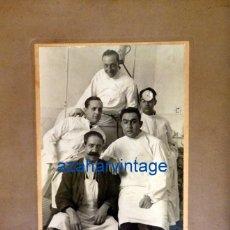 Fotografía antigua: MEDICOS, ESPECTACULAR FOTOGRAFIA DE UN EQUIPO MEDICO EN QUIROFANO,PRINCIPIOS SIGLO XX,. Lote 75712147