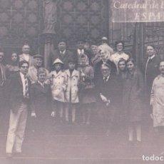 Fotografía antigua: FOTO PERSONAS EN LA CATEDRAL DE BARCELONA. Lote 75739743