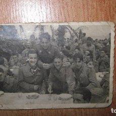 Fotografía antigua: ANTIGUA FOTOGRAFIA SOLDADOS ARTILLERIA ALICANTE COMIDA ENTRE PALMERAS CIRCA 1938 A 1942. Lote 76575575