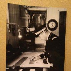Fotografía antigua: FOTOGRAFÍA ANTIGUA DE BARCO. OFICIAL DE GUARDIA EN CUARTO DE DERROTA, CA 1930-1950. Lote 76915467