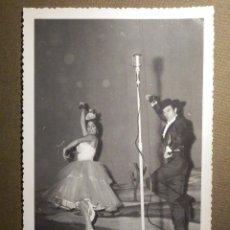 Fotografía antigua: ANTIGUA FOTOGRAFIA ORIGINAL - LINA Y MIGUEL - BAILAORES DE FLAMENCO EN TEATRO 17,5 X 11,5 CM. Lote 79307713