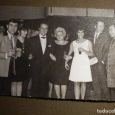 Fotografía antigua: ANTIGUA FOTOGRAFIA ORIGINAL - MANOLO ESCOBAR, LINA Y MIGUEL, ANDRÉS PAJARES Y + 11,5 X 18 CM . Lote 79317225