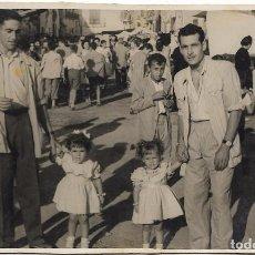 Fotografía antigua: == G1321 - FOTOGRAFIA - DOS SEÑORES CON DOS PRECIOSAS NIÑITAS. Lote 79830125