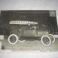 Fotografía antigua: FOTO DE COCHE EN UN CIRCO . FIRMADA Y DEDICADA EN FRANCÉS . BARNA 1958 .FOT. JORGE GARCIA .18X24 CM.. Lote 80274341