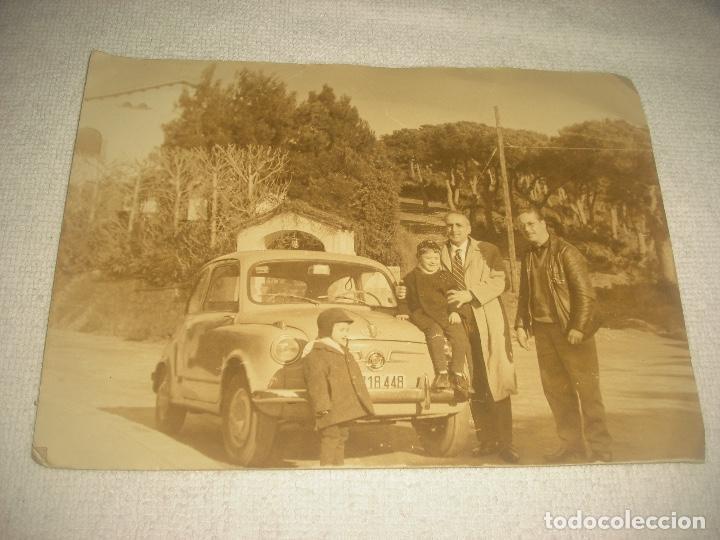 FOTO DE UN 600 CON GRUPO FAMILIAR . 13 X 18 CM . (Fotografía - Artística)