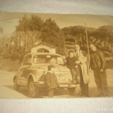 Fotografía antigua: FOTO DE UN 600 CON GRUPO FAMILIAR . 13 X 18 CM .. Lote 80782290
