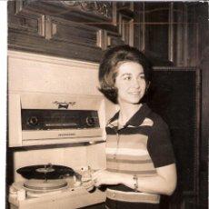 Fotografía antigua: TEODORO NARANJO (MADRID 1930 - 1982) *LA AFICIÓN MUSICAL DE LA PRINCESA DOÑA SOFÍA*. 02/12/1969. ABC. Lote 80895611