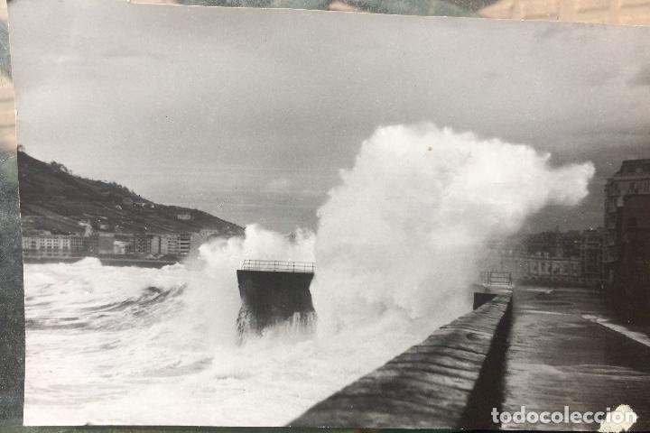 Fotografía antigua: San Sebastián Donosti 1940 galerna ola rompiendo puerto mirador 17x11cm - Foto 2 - 82085580
