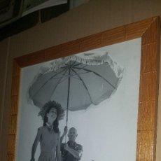 Fotografía antigua: FOTO DE PABLO PICASSO CON FRANÇOISE GILLOT BAJO UNA SOMBRILLA, EN LA PLAYA DE GOLFE JUAN.. Lote 85208748