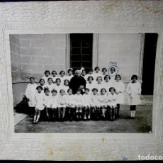 Fotografía antigua: FOTOGRAFÍA GRUPO ESCOLAR MAESTRA Y ALUMNAS FOTO ANÓNIMA 12X17 Y 19X24 CM AÑOS 1920?. Lote 85627464