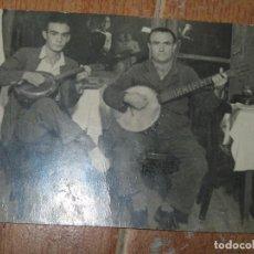 Fotografía antigua: RARA FOTO CONJUNTO MUSICAL DUO CON BANYO GUITARRA AÑOS 40 QUIZAS DE ALICANTE. Lote 85877832