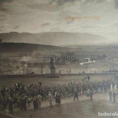 Fotografía antigua: DESFILE MILITAR EN EL CASTILLO DE STIRLING. ESTATUA DE ROBERT DE BRUCE. ESCOCIA. REINO UNIDO.. Lote 88070624