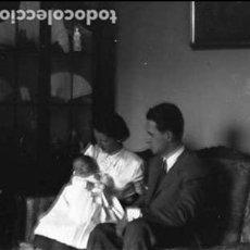 Fotografía antigua: RETRATO MATRIMONIO Y NIÑO PLACA CRISTAL NEGATIVA 9 X 12 CM. . Lote 92252735