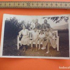Fotografía antigua: ANTIGUA FOTOGRAFÍA ALEMANIA AÑOS 30-40. FAMILIA CON NIÑOS,EN UN BANCO. FOTO.GERMANY PHOTO ANTIQUE. Lote 92987235