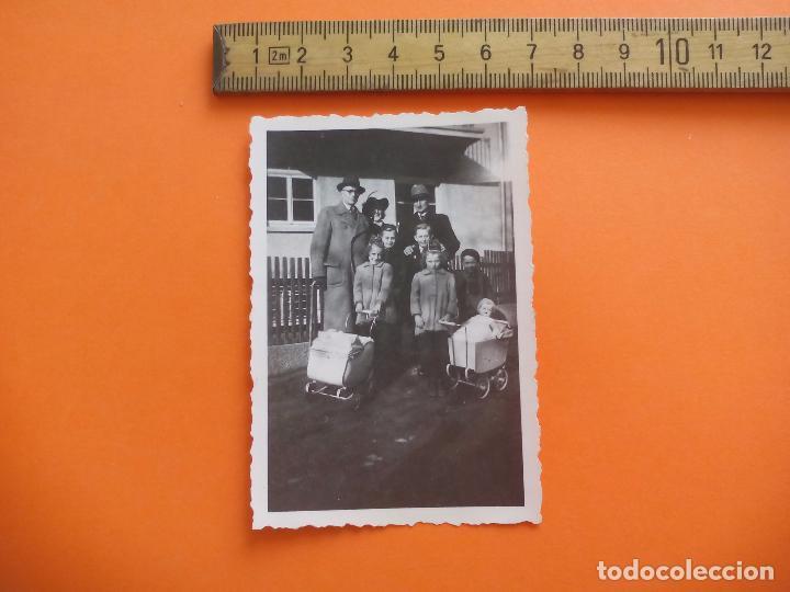 ANTIGUA FOTOGRAFÍA ALEMANIA AÑOS 30-40. FAMILIA COCHECITOS JUGUETE FOTO.GERMANY PHOTO ANTIQUE (Fotografía - Artística)