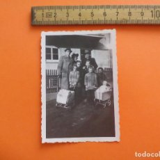 Fotografía antigua: ANTIGUA FOTOGRAFÍA ALEMANIA AÑOS 30-40. FAMILIA COCHECITOS JUGUETE FOTO.GERMANY PHOTO ANTIQUE. Lote 92991795