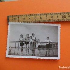 Fotografía antigua: ANTIGUA FOTOGRAFÍA ALEMANIA AÑOS 30-40. FAMILIA BAÑANDOSE RIO O MAR. FOTO.GERMANY PHOTO ANTIQUE. Lote 92992280