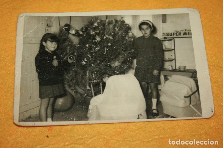MIR FOTOS-GANDÍA.FOTOGRAFÍA AÑOS 60-70 NIÑAS CON JUGUETES Y ARBOL DE NAVIDAD. 13 X 8,5 CMS (Fotografía - Artística)