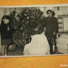 Fotografía antigua: MIR FOTOS-GANDÍA.FOTOGRAFÍA AÑOS 60-70 NIÑAS CON JUGUETES Y ARBOL DE NAVIDAD. 13 X 8,5 CMS. Lote 93745000