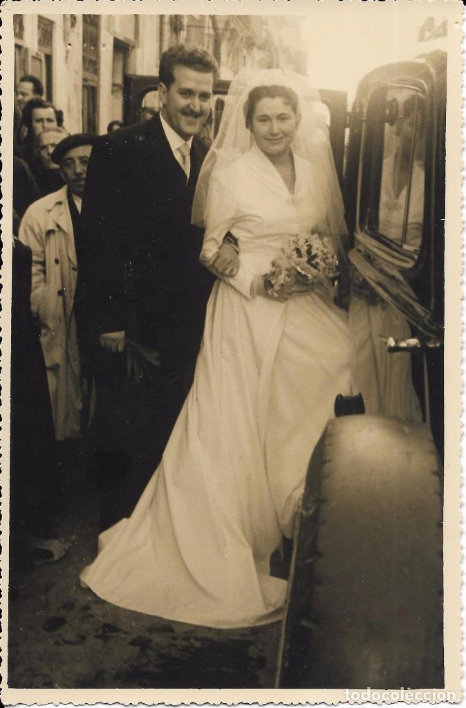 == FF135 - FOTOGRAFIA - PAREJA DE NOVIOS JUNTO A UN COCHE - F DANIEL - VALENCIA 1956 - 18 X 11,5 CM. (Fotografía - Artística)