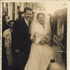 Fotografía antigua: == FF135 - FOTOGRAFIA - PAREJA DE NOVIOS JUNTO A UN COCHE - F DANIEL - VALENCIA 1956 - 18 X 11,5 CM.. Lote 93922435