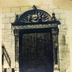 Fotografía antigua: PORTAL RENACENTISTA EN BADALONA. FOTOGRAFÍA. ANÓNIMO. ESPAÑA. CIRCA 1900. Lote 94387846