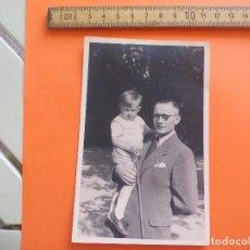 Fotografía antigua: ANTIGUA FOTOGRAFÍA ALEMANIA AÑOS 40 HOMBRE CON NIÑO EN BRAZOS FOTO.GERMANY PHOTO ANTIQUE. Lote 95388547