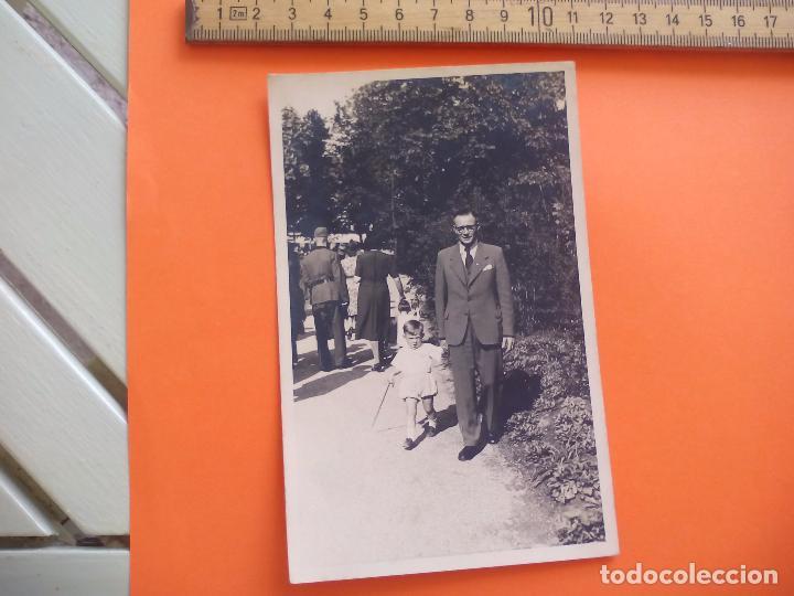 ANTIGUA FOTOGRAFÍA ALEMANIA AÑOS 40 HOMBRE CON NIÑO PASEANDO FOTO.GERMANY PHOTO ANTIQUE (Fotografía - Artística)